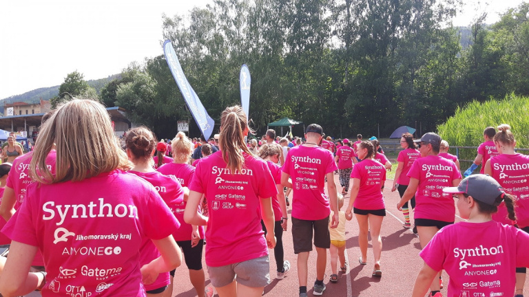Synthon's magenta color was chosen for the shirts of the 3,784 runners of the 2018 'You dream, we run'event